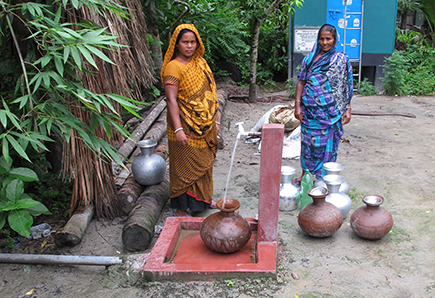 Women collecting water in Bangladesh © Edoardo Borgomeo / REACH