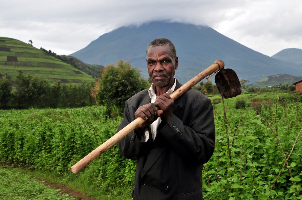 A bean farmer in Kisolo, Uganda © Neil Palmer/CIAT